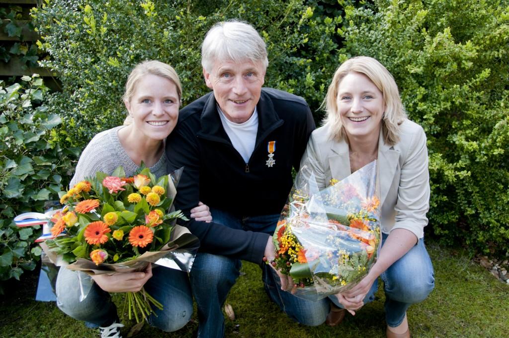 Jan Blom samen op de foto met zijn trotse dochters Nienke en Janneke.