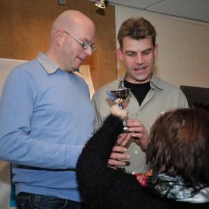 Trots ontvangen John en Erwin Brons uit handen van de secretaris van Midden  Brabant Circuit